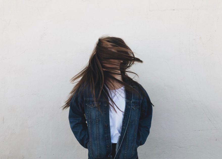 髪で顔が隠れた女性