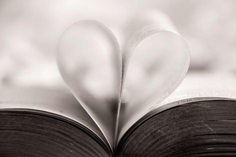 ハートに見える本のページ