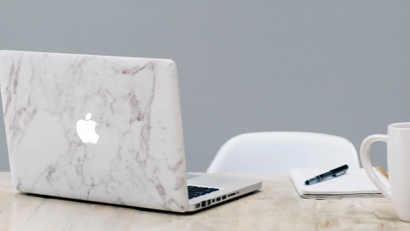 ミニマリストのパソコンとデスク